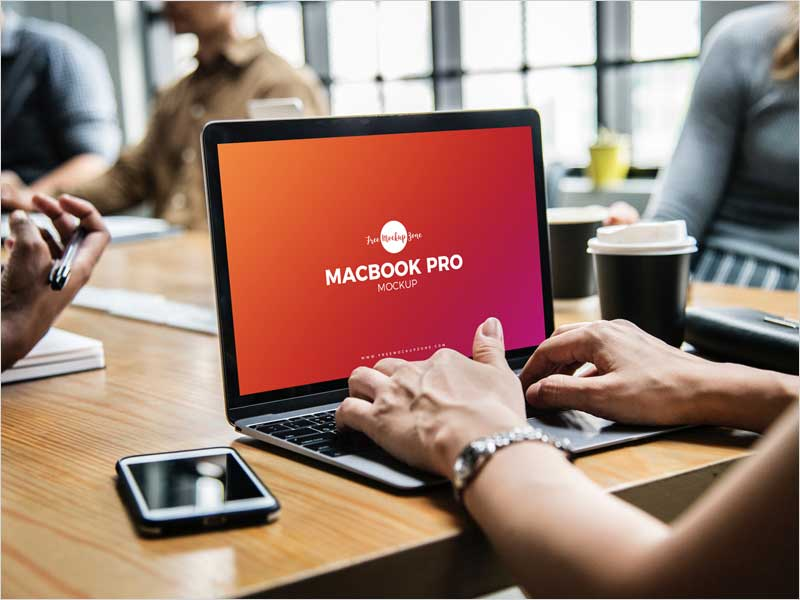 Free-Person-Using-MacBook-Pro-Mockup-PSD